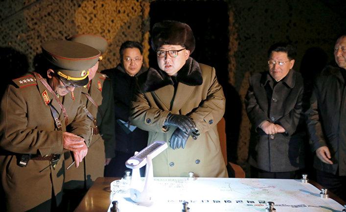 Северокорейский лидер Ким Чен Ын во время военных учений в Северной Корее