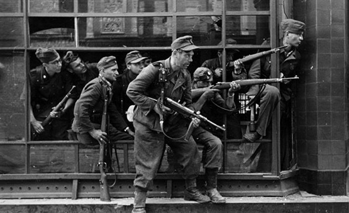 Немецкие солдаты на улицах Варшавы, 1944-ый год