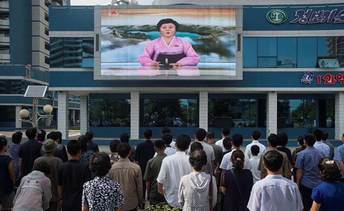 Жители Пхеньяна смотрят новости, передаваемые ведущей Ри Чун Хи