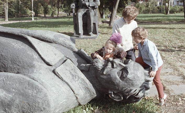 Памятники Дзержинскому и Калинину