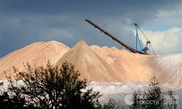 Отвалы отработанной породы из шахты рудника на проходческом комплексе производителя калийных минеральных удобрений ОАО «Беларуськалий»