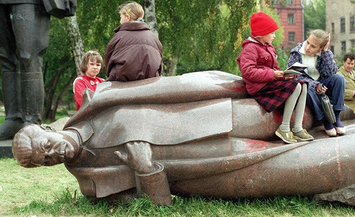 Московские школьники на статуе Сталина в парке