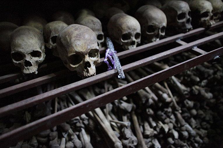 Черепа и кости убитых во время геноцида 1994 года руандийцев в склепе при церкви в городе Ньямата, Руанда