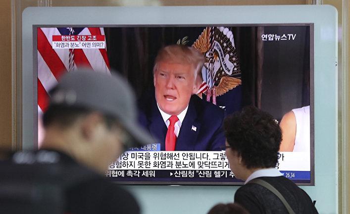 Президента США Дональд Трамп на экране на улице Сеула, Южная Корея