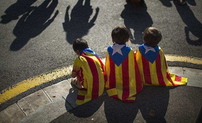 Дети с флагами Каталонии на митинге сторонников независимости в Барселоне