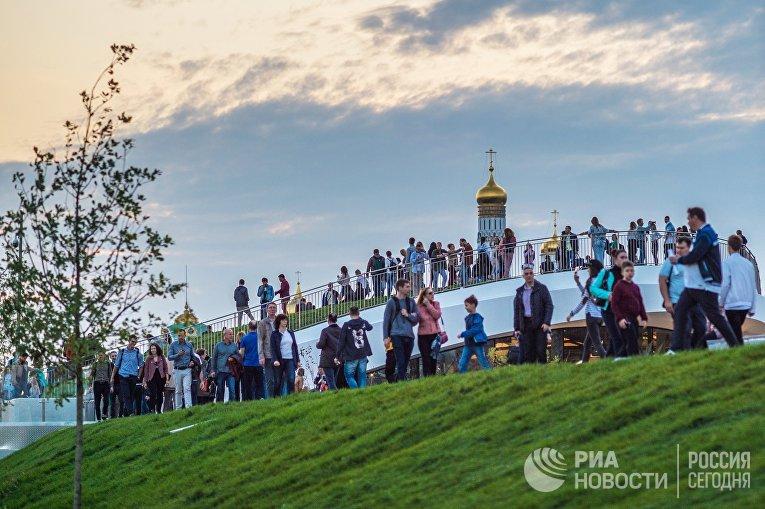 Посетители парка «Зарядье» в Москве