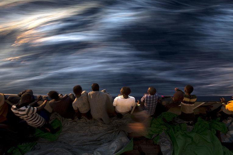 Беженцы на палубе спасательного судна в Средиземном море