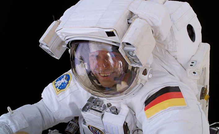 Немецкий астронавт Томас Райтер совершает выход в открытый космос