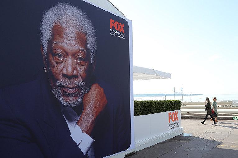 Американский актер Морган Фримен на рекламном плакате телеканала Fox