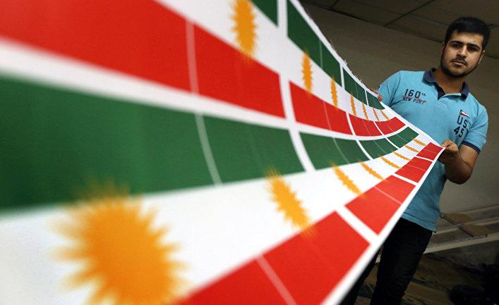 Изготовление флага Курдистана в Эрбиле, столице автономного курдского региона в Ираке