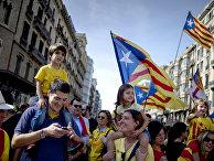 Участники митинга в поддержку референдума о независимости Каталонии в Барселоне