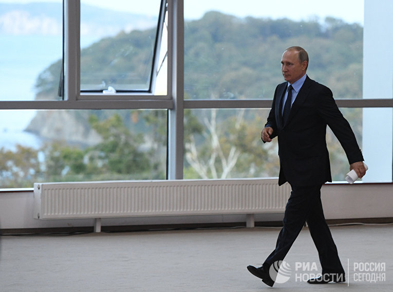 Президент РФ Владимир Путин перед началом заседания президиума Государственного совета на острове Русский. 6 сентября 2017