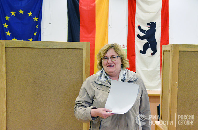 Избирательница голосует на участке в Берлине во время парламентских выборов. 24 сентября 2017