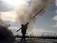 Украинский солдат стреляет из портативного комплекса противовоздушной обороны к северу от Луганска