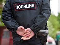 Сотрудники полиции во дворе жилого дома