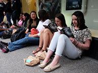 Фанаты новой книги Э. Л. Джеймса у книжного магазина в Нью-Йорке