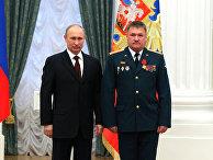 Президент РФ Владимир Путин и командир 37-й отдельной гвардейской мотострелковой бригады 36-й общевойсковой армии полковник Валерий Асапов. 22 февраля 2013