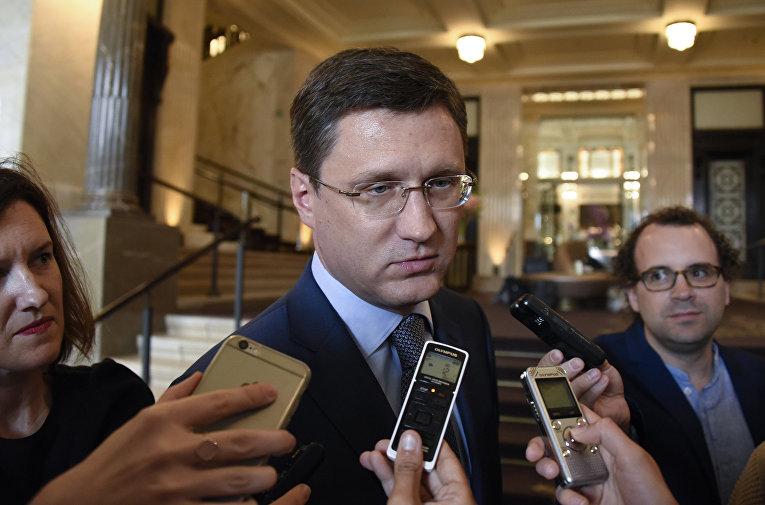 Министр энергетики РФ Александр Новак общается с журналистами