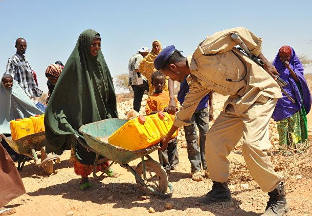 Полицейский помогает женщине в Сомалиленде
