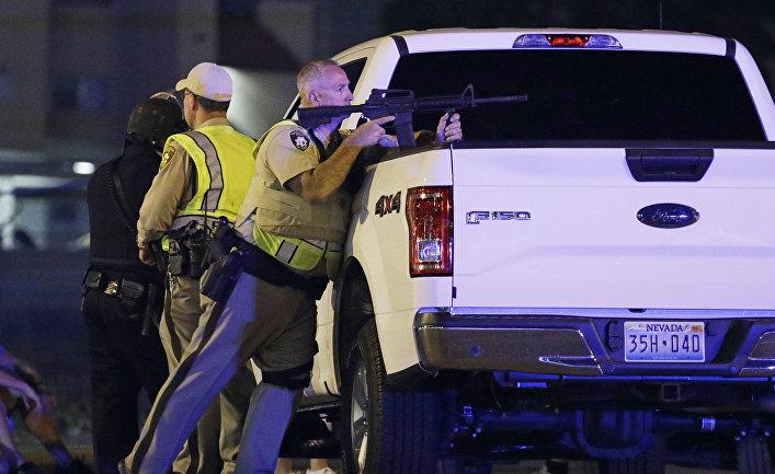 Сотрудники полиции на месте стельбы у казино Mandalay Bay в Лас-Вегасе, США. 2 октября 2017