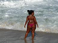 Женщина на пляже в Рио-де-Жанейро