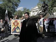 Уличный молебен у памятника Шолохову на Гоголевском бульваре