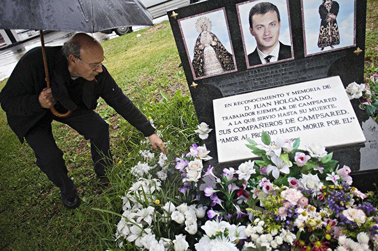 Франсиско Хольгадо у мемориальной доски на месте убийства его сына