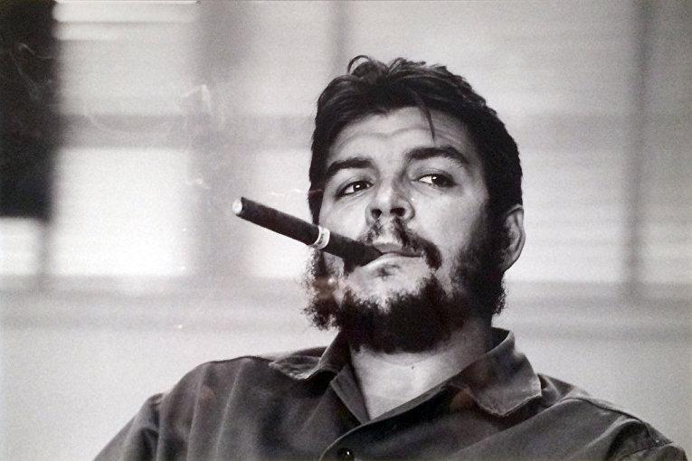 Министр промышленности Кубы Че Гевара дает интервью журналу Look в Гаване, 1963 год