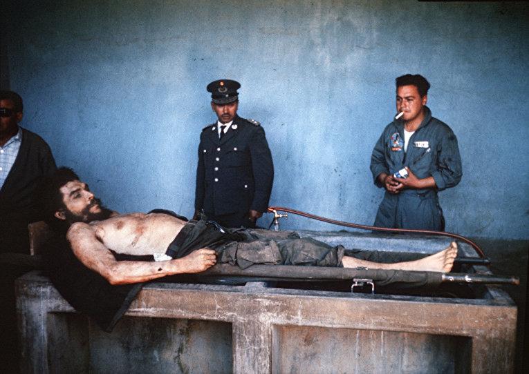 Тело Че Гевары на публичном показе 10 октября 1967 года в Вальегранде
