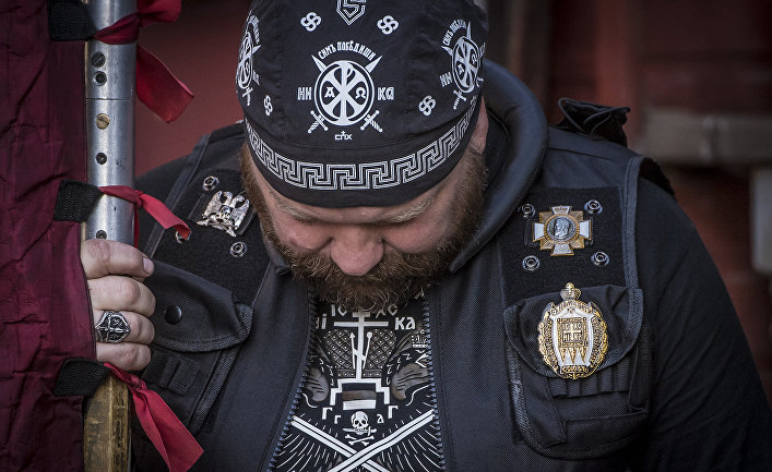 Член «Союза Православных Хоругвеносцев» во время демонстрации против фильма «Матильда»