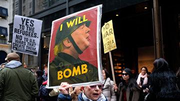 Акция протеста против президента США Дональда Трампа перед Трамп Тауэр в Нью-Йорке
