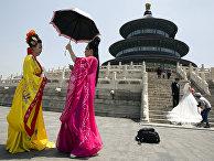 Женщины, одетые в традиционные китайские одежды в Пекине