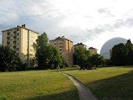 Жилой район Стокгольма с видом на арену Глобен