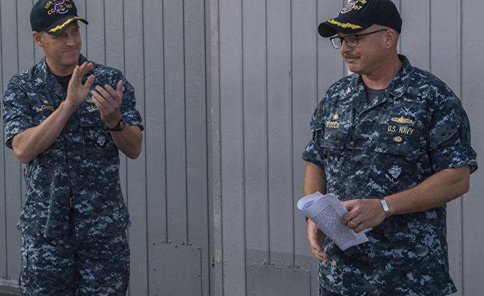 Капитан Адам Эйкок (Adam M. Aycock), с права