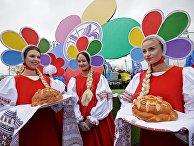 Участницы карнавального шествия в Москве в рамках XIX Всемирного фестиваля молодежи и студенчества. 14 октября 2017