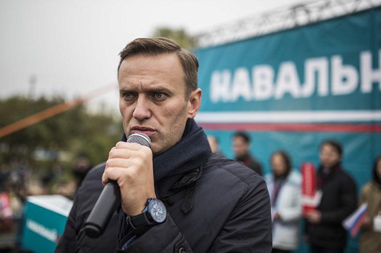 Лидер оппозиции Алексей Навальный во время митинга в Оренбурге