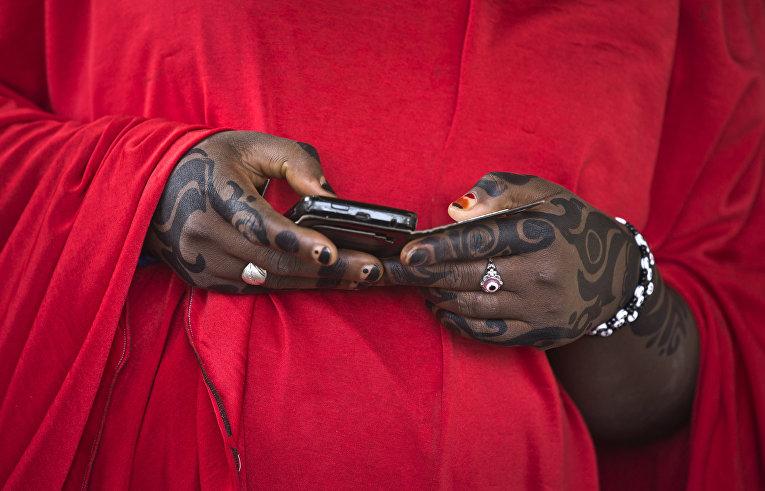Женщина из народа хауса во время голосования на избирательном участке в Дауре, Нигерия