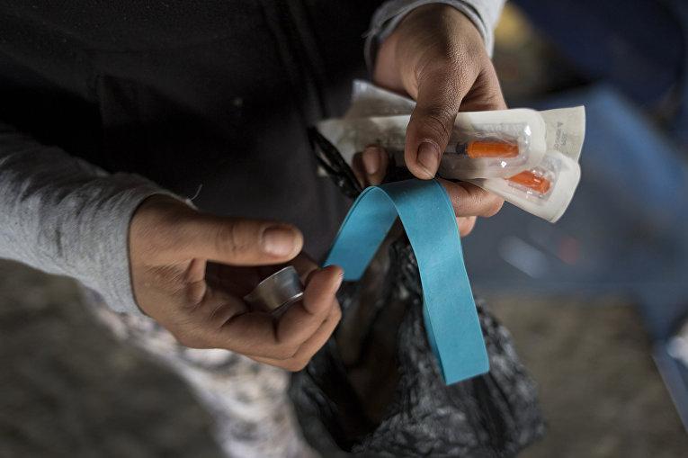 Героиновый наркоман готовится принять дозу