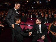 Криштиану Роналду, его сын Криштиану Роналду-младший и Лионель Месси на церемонее награждения в Лондоне