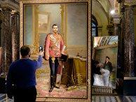 Подготовка отреставрированной двухсторонней картины с портретами императора Николая II и В. Ленина к презентации в академии им. Штиглица