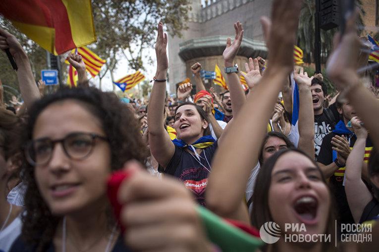 Акция у здания парламента Каталонии в поддержку провозглашения независимости