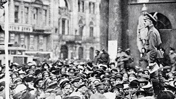 Участники митинга у Аничкова дворца. Петроград. 1917 год.