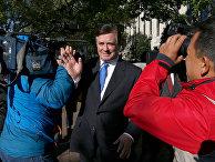 Экс-глава предвыборного штаба Трампа Пол Манафорт у здания федерального окружного суда в Вашингтоне
