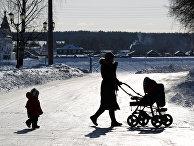 Женщина с детьми идет по улице в Великом Устюге