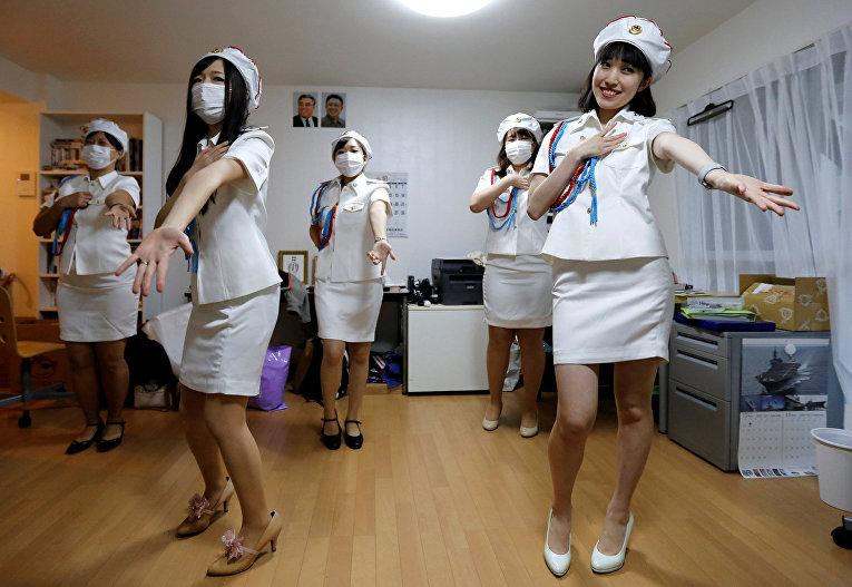Девушки из японского фан-клуба Северной Кореи и их лидер Чуньхун