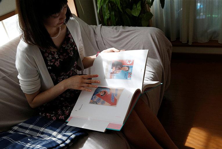 Лидер японского фан-клуба Северной Кореи изучает альбом