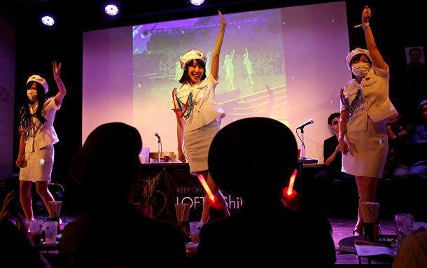 Чуньхун и другие участники группы танцуют танец