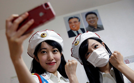 Селфи перед портретами Ким Ир Сена и Ким Чен Ира после выступления.