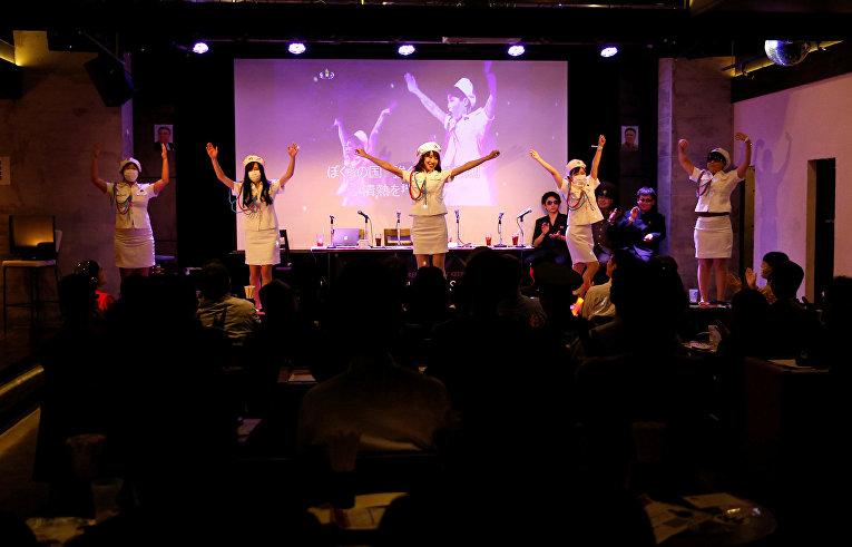 Участники группы танцуют танец