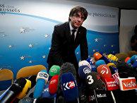 Карлес Пучдемон во время пресс-конференции в Брюсселе